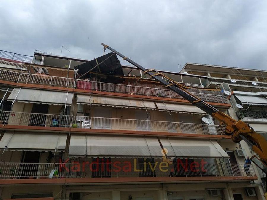 Ο θυελλώδης άνεμος «πέταξε» τσίγκινο παράπηγμα σε μπαλκόνι πολυκατοικίας στην Καρδίτσα! (+Φώτο +Βίντεο)