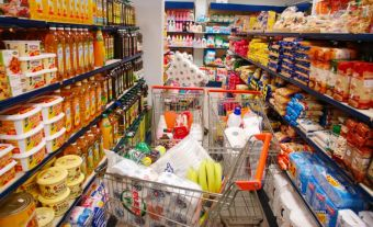 Μείωση ΦΠΑ: Ξεκίνησαν από σήμερα οι αλλαγές στις τιμές τροφίμων και υπηρεσιών