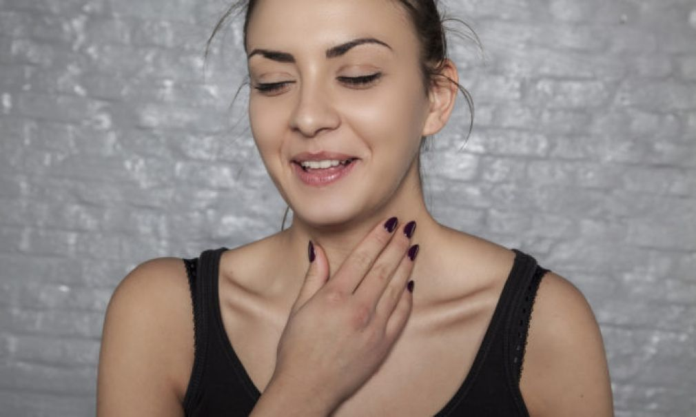 Γιατί «καθαρίζετε» συνέχεια το λαιμό σας – Δείτε τις πιθανές αιτίες