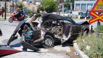 Λάρισα: Τρένο παρέσυρε αυτοκίνητο - Τραυματίας ο οδηγός (+Φώτο)