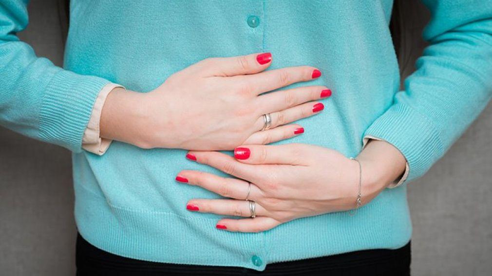Eυερέθιστο έντερο με φουσκώματα, πόνο, κράμπες στην κοιλιά, διάρροια ή δυσκοιλιότητα. Ποια δίαιτα βοηθά;