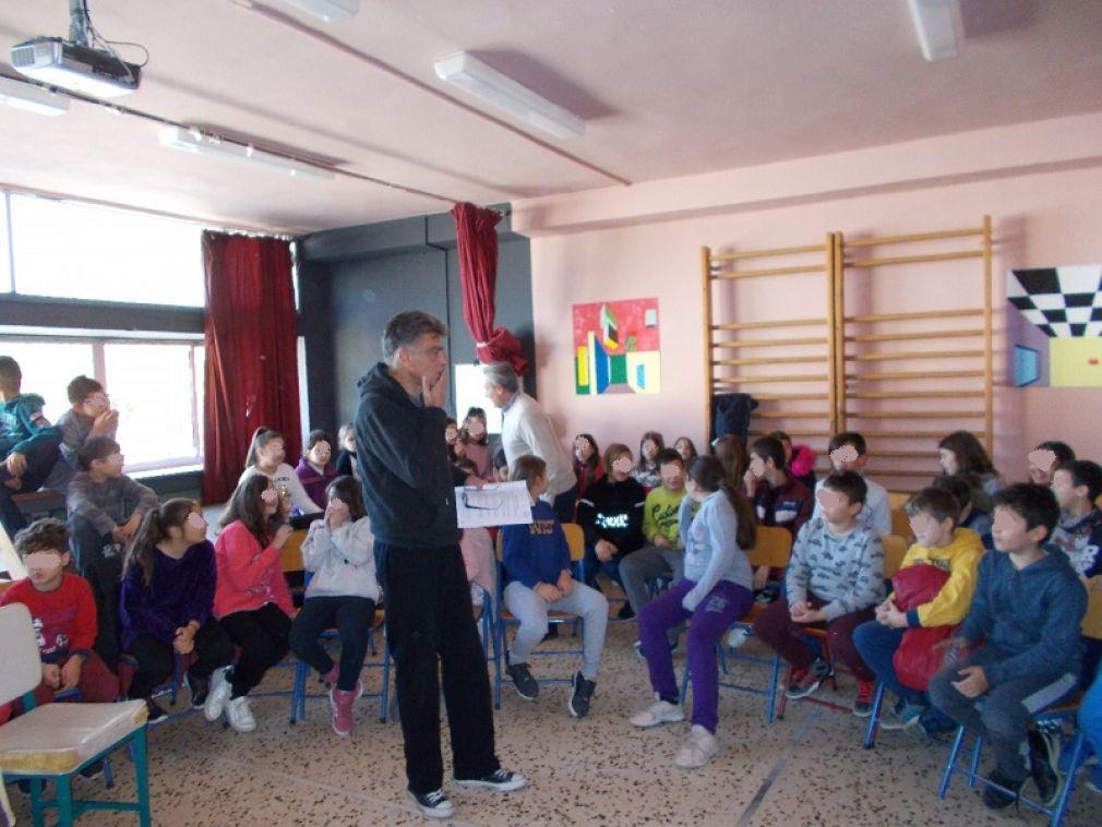 «Ας φτιάξουμε τη δική μας παράσταση» - Με τον Μηνά Βιντιάδη στο 6ο Δημοτικό Σχολείο Καρδίτσας