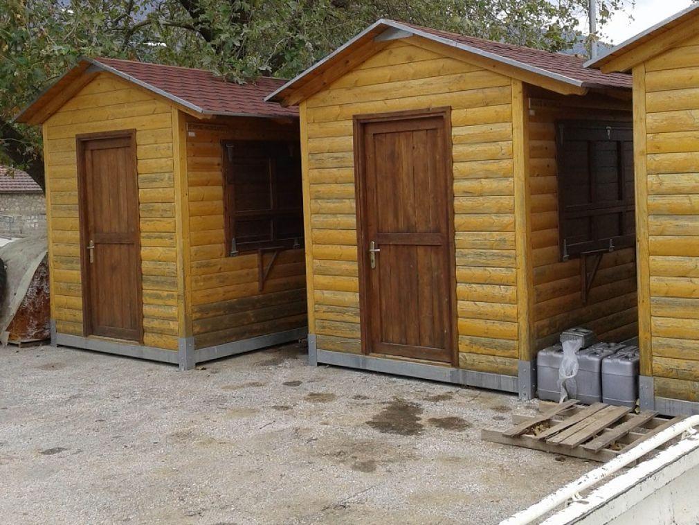 """Περιβαλλοντική και Οικολογική Παρέμβαση: """"Λιάζονται αχρησιμοποίητοι στο Μουζάκι οι ξύλινοι οικίσκοι προώθησης προϊόντων"""""""
