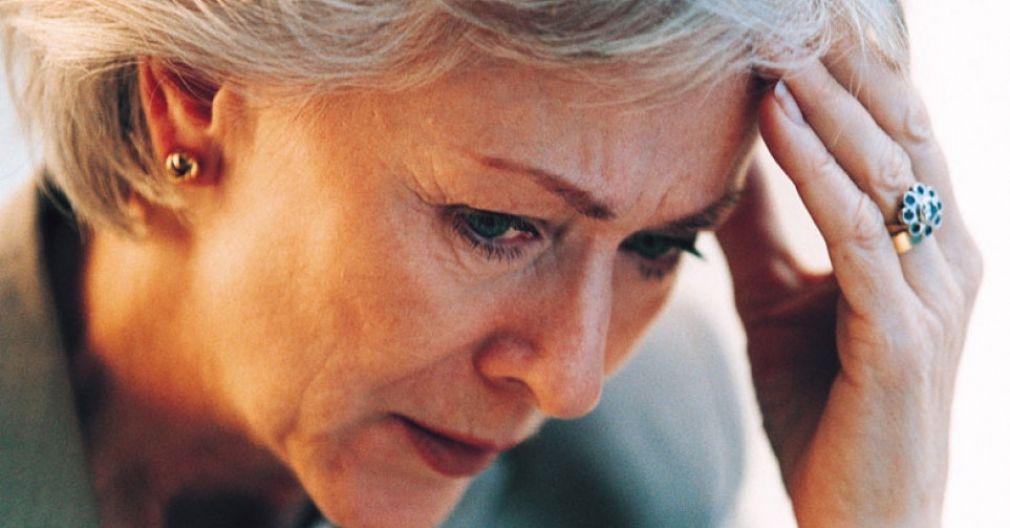 Νόσος Αλτσχάιμερ: Τι είναι και τι πρέπει να κάνετε για να αποφύγετε την άνοια